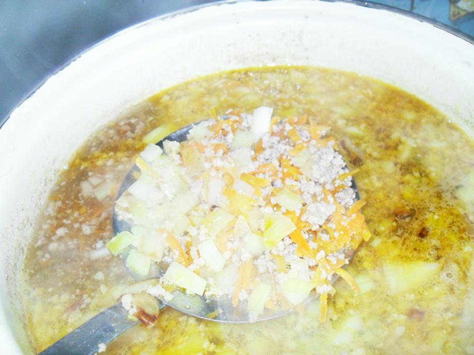 Pievieno kartupeļus un vāra, kamēr tie gatavi. Izslēdz plīti...