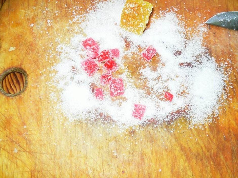 Uzber uz dēlīša nedaudz cukuru un sāk griezt marmelādi, ja c...
