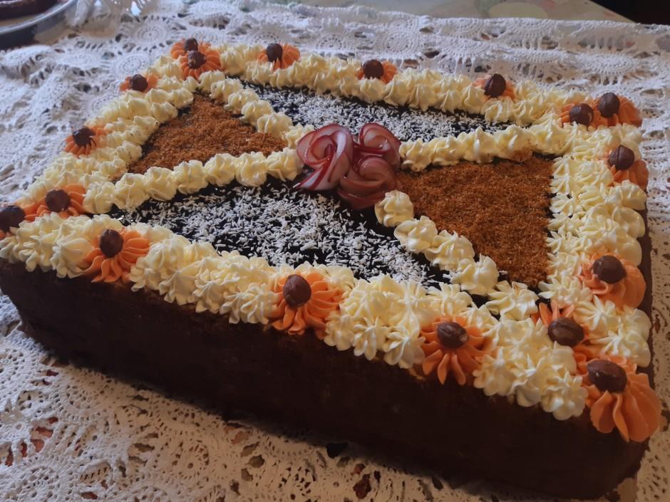 Nu var sākt dekorēt kūku. Pirmaja kārtā liek ievārijumu. Otr...