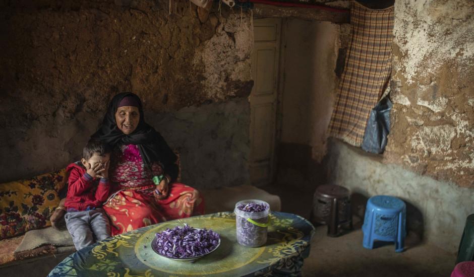 """Šīs sievietes iegūst """"sarkano zeltu"""", bet vienalga dzīvo nabadzībā"""