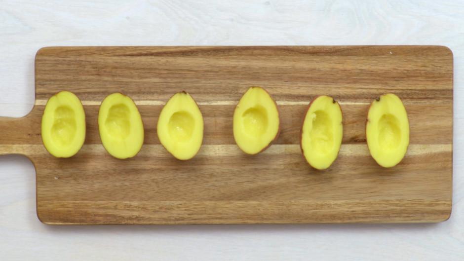 Kartupeļus ar visu mizu kartīgi nomazgā, pārgriež uz pusēm u...