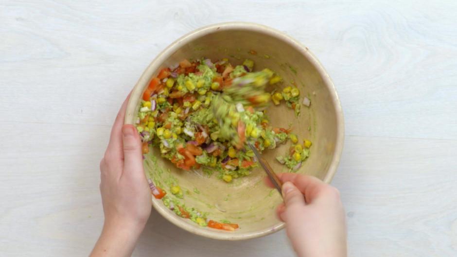 Krēmīgajai avokado masai pievieno kukurūzu, tomātus un sīpol...