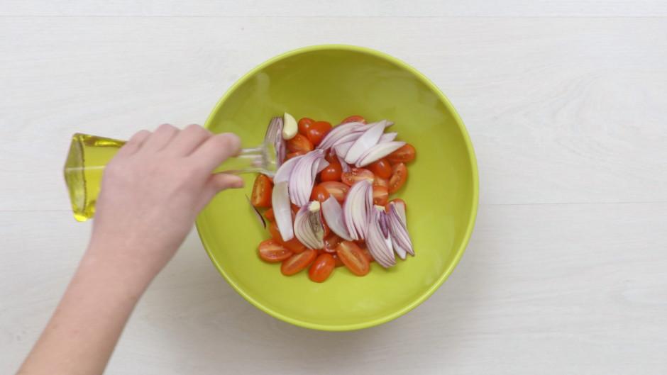 Pievieno ķiploku, pārlej ar olīveļļu un pievieno sāli, pipar...