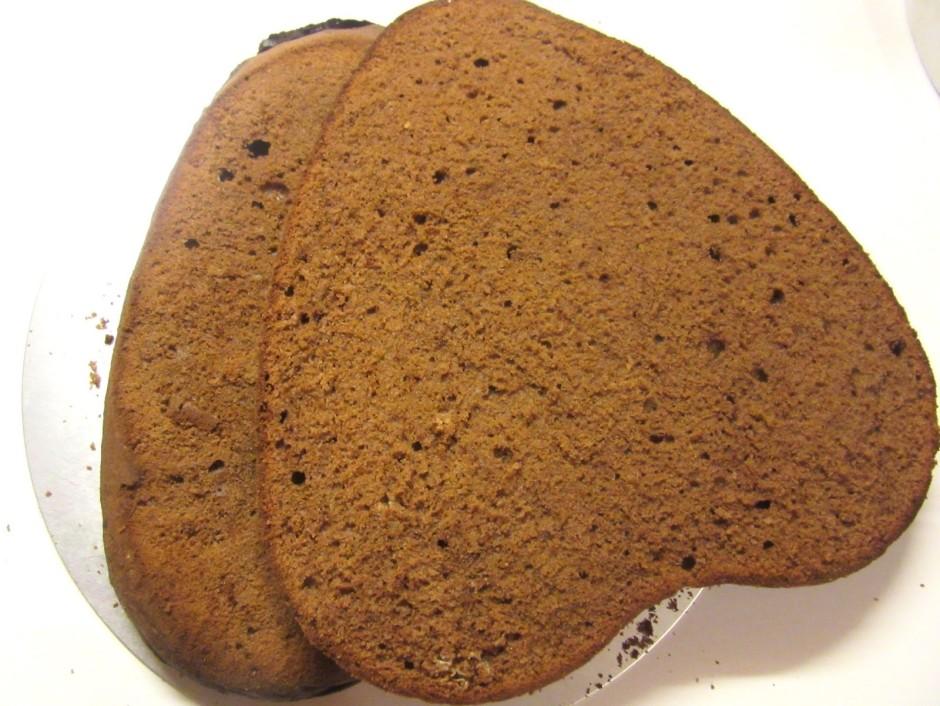 Aplīdzināto biskvītu sagriež trijās daļās. Biskvītam ir liel...