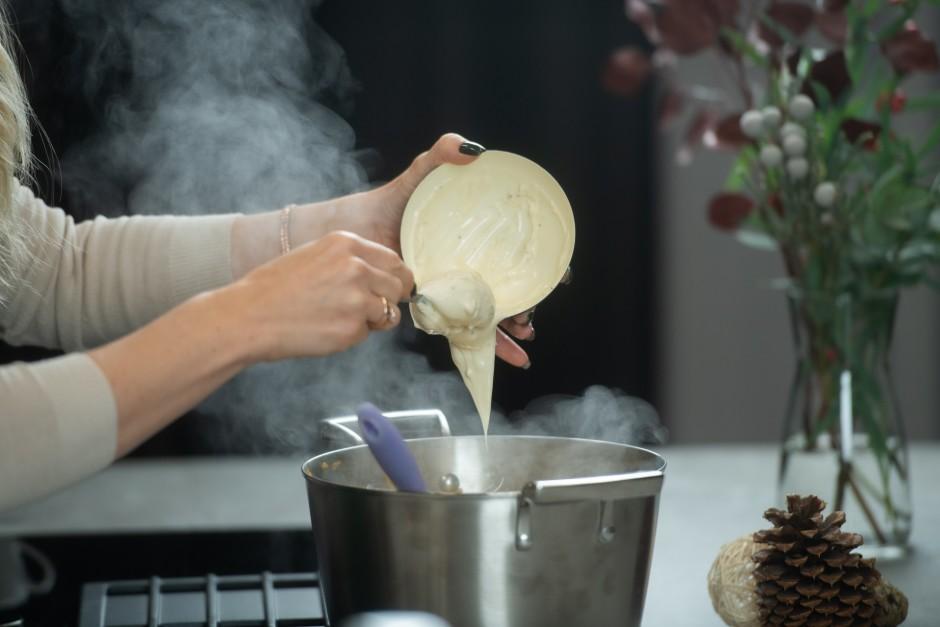 Kad zupa gandrīz gatava, pievieno sāli un kausēto sieru.