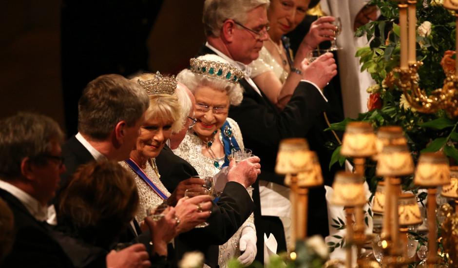 Kāpēc karaliene Elizabete II nepieļauj 13 cilvēku banketus?