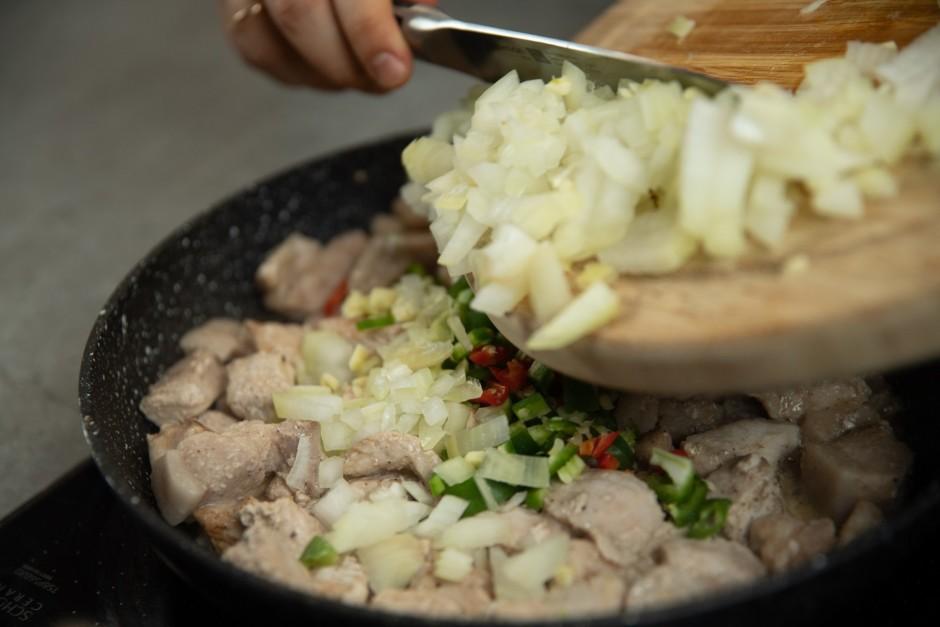 Pievieno garšaugus gaļai.