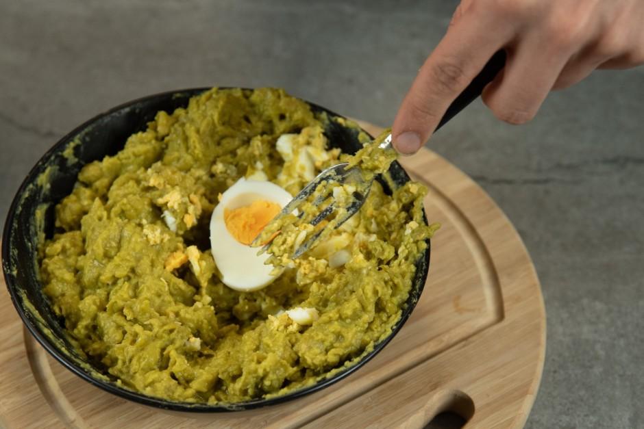 Pievieno cieti vārītas olas, krējumu vai majonēzi vai abus k...