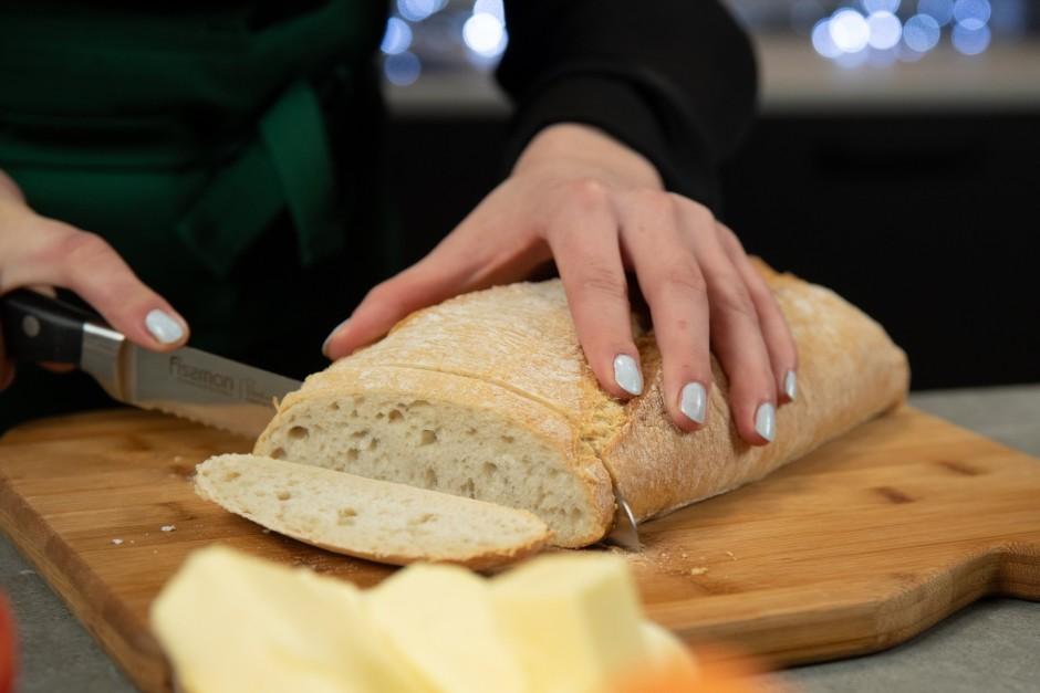 Sagriež šķēlēs maizīti.