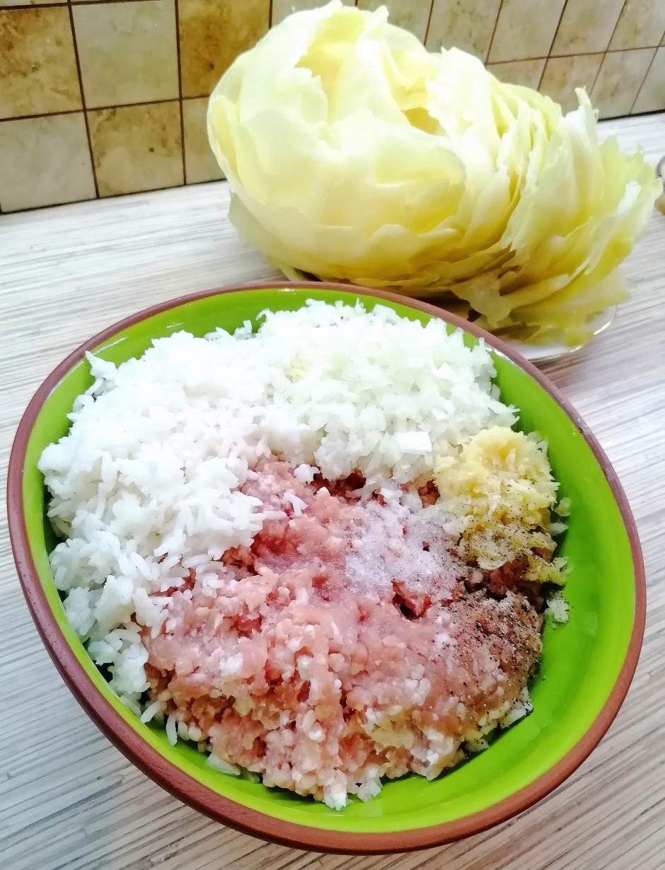 Liekam vārīties rīsus. Ņemam malto gaļu un pievienojam smalk...