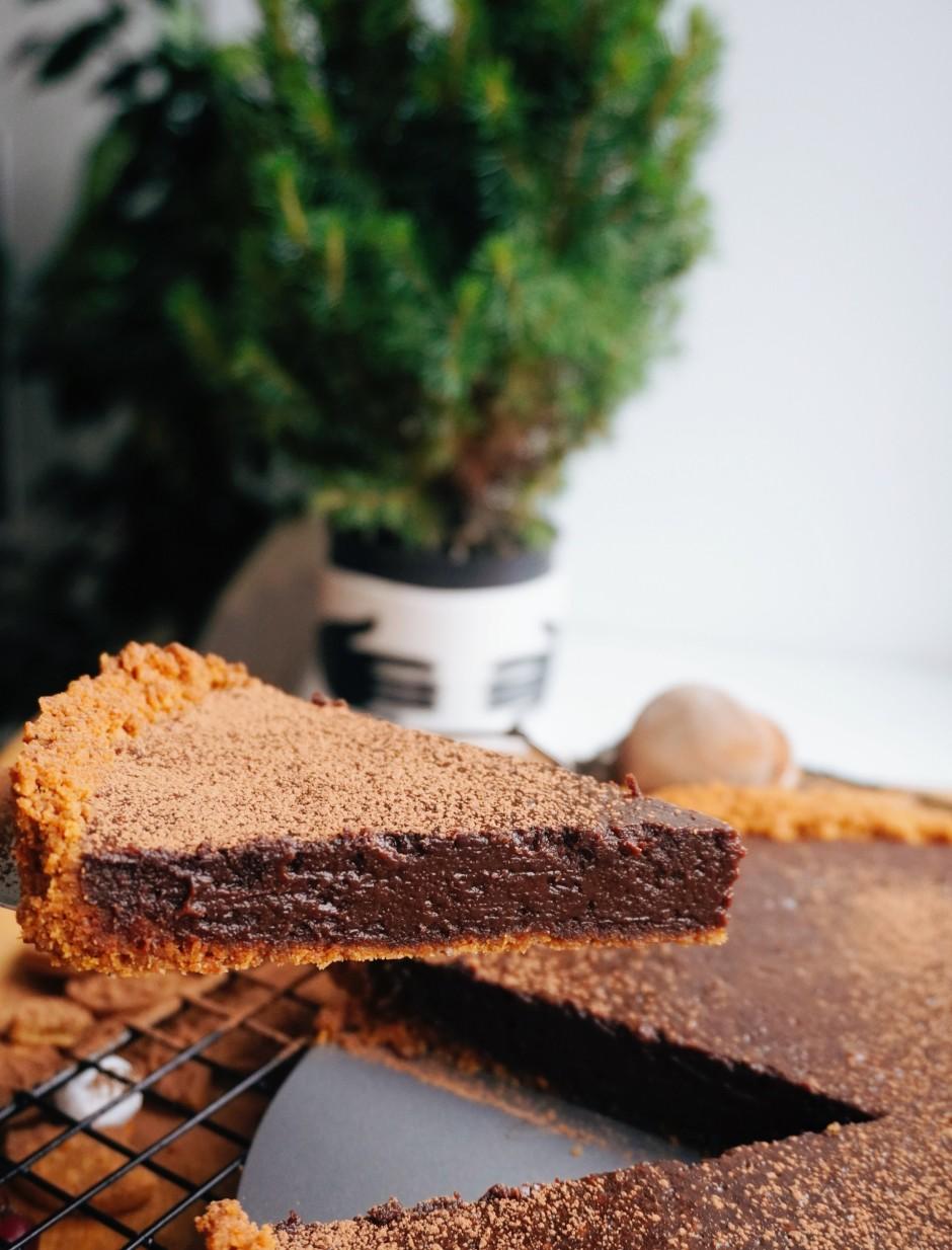 Tarti dekorē ar piparkūkām un kakao pulveri.