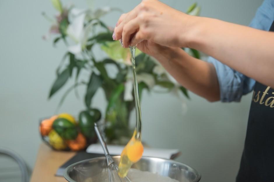 Pievieno citrona sulu un 3 olas. Citrona sulas vietā var izm...