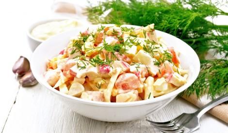 Krabju salāti ar sieru, tomātiem un olu