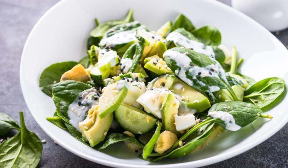 Spinātu salāti ar avokado un olu