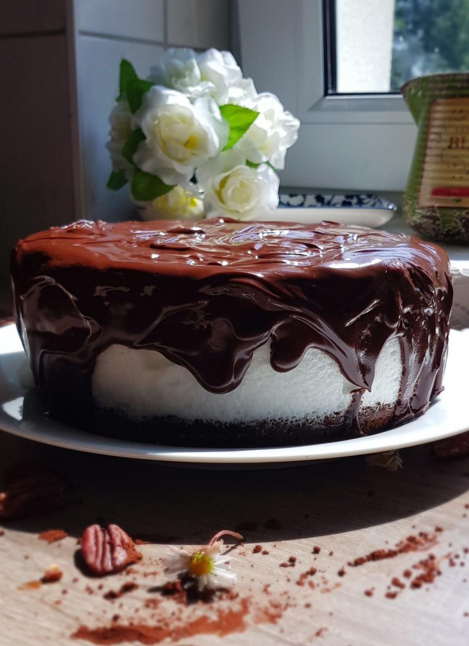 Pilnībā atdzesēto torti pārlej ar glazūru.  Lai labi garšo...