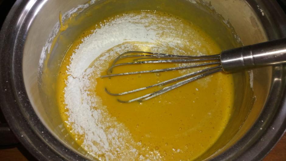 Kad kārtīgi masa izmaisīta, pielej eļļu un pienu. Tad pakāpe...