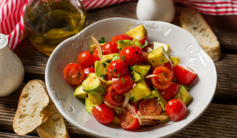 Svaigie ķiršu tomātu un avokado salāti