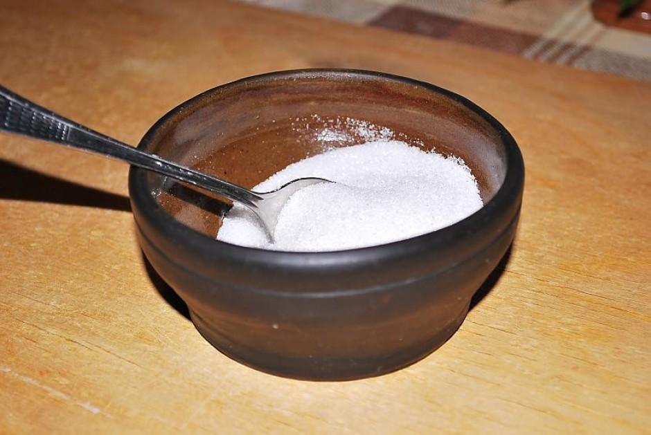 Darbu sāk ar cukura iebēršanu trauciņā. Tā ne pārāk daudz -...