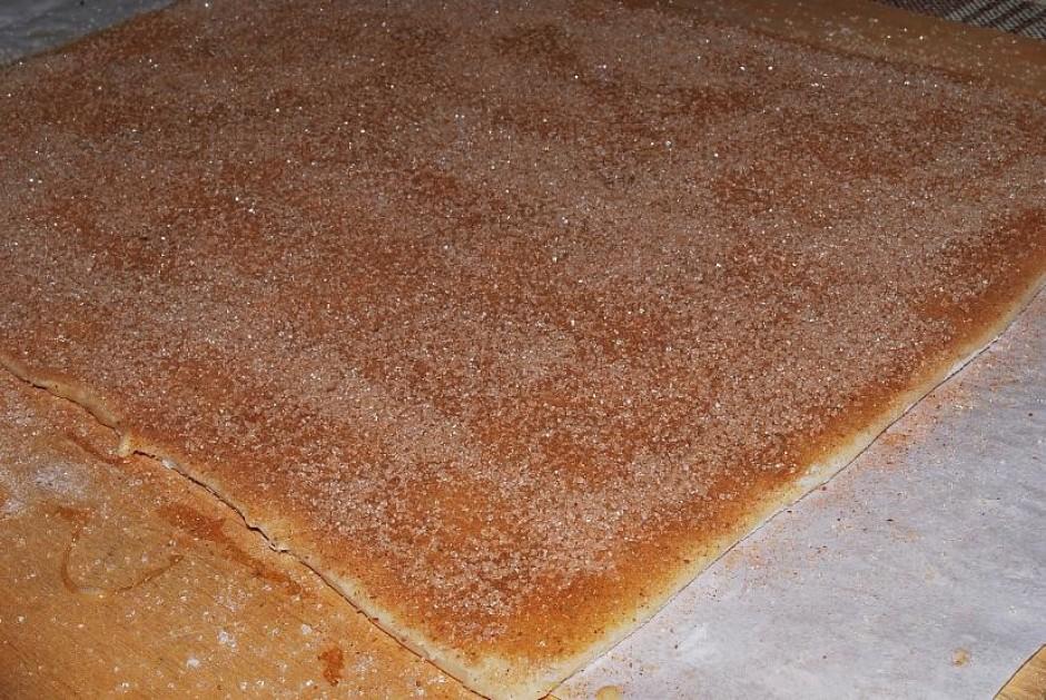Uzber virsū cukura/kanēļa maisījumu. Kā redzat, diezgan biez...