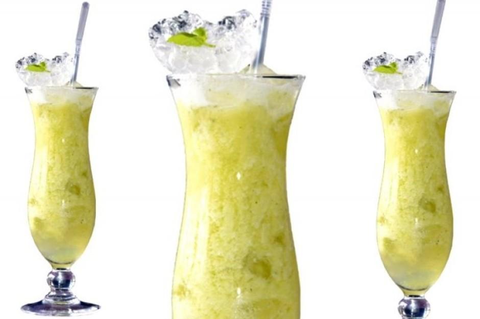 Dzēriena sastāvdaļas liek blenderī un kuļ 30 sekundes. Pasn...