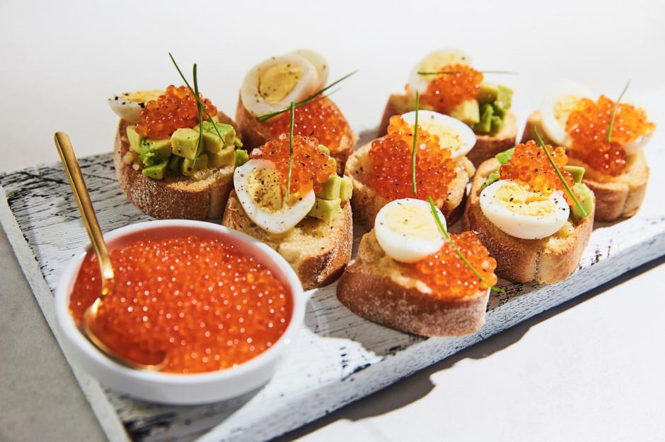 Uzsmērē maizītēm karamelizēto sviestu. Liek virsū olas...