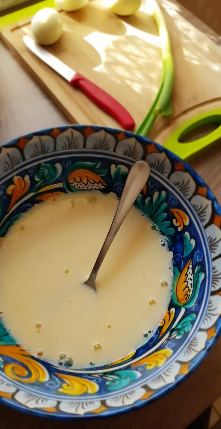 Kefīru sajauc ar olu, sāli un sodu, visu labi sajauc