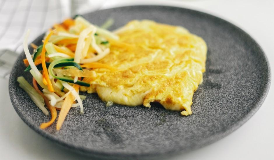 Ar sieru pildīta omlete un svaigi salāti