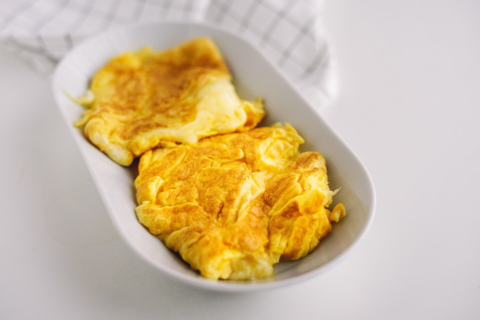 Kad olu masa apcepusies no vienas puses, uzber sieru un piel...