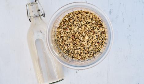 Granola ar pašgatavotu Indijas riekstu pienu