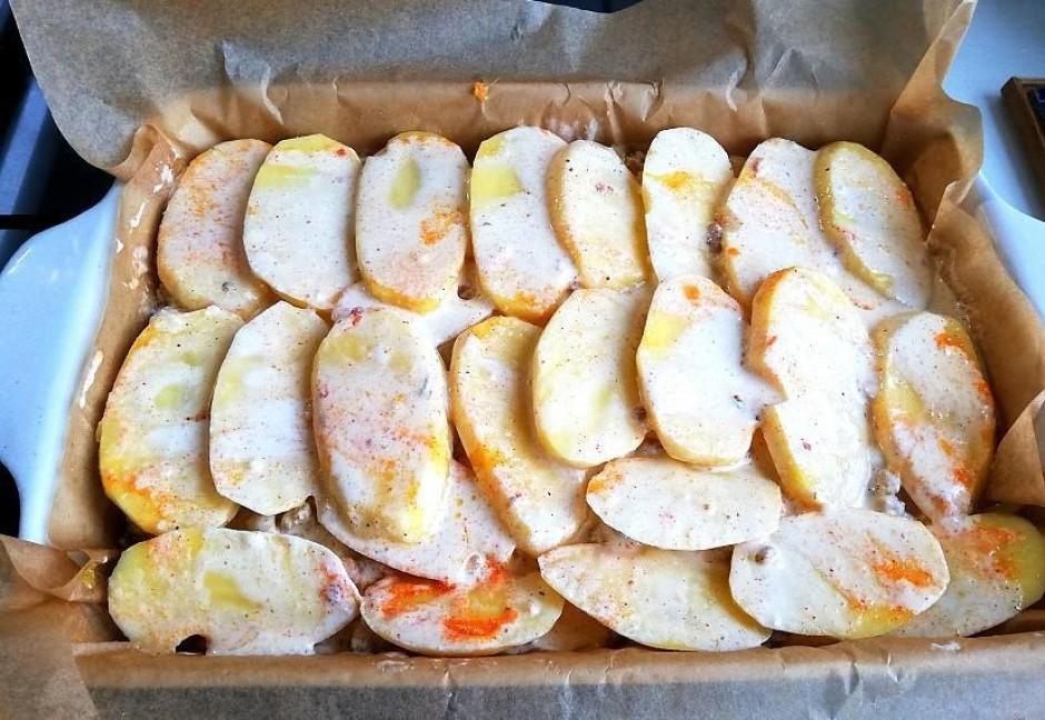 Pārlej sagatavoto mērci vienmērīgi visam kartupeļu un gaļas...
