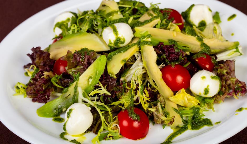 Zaļie salāti ar mocarellu un avokado