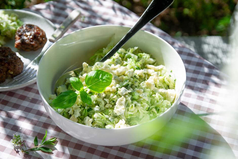 Salātus pa virsu pārkaisa ar sadrupinātu sieru, viegli izcil...