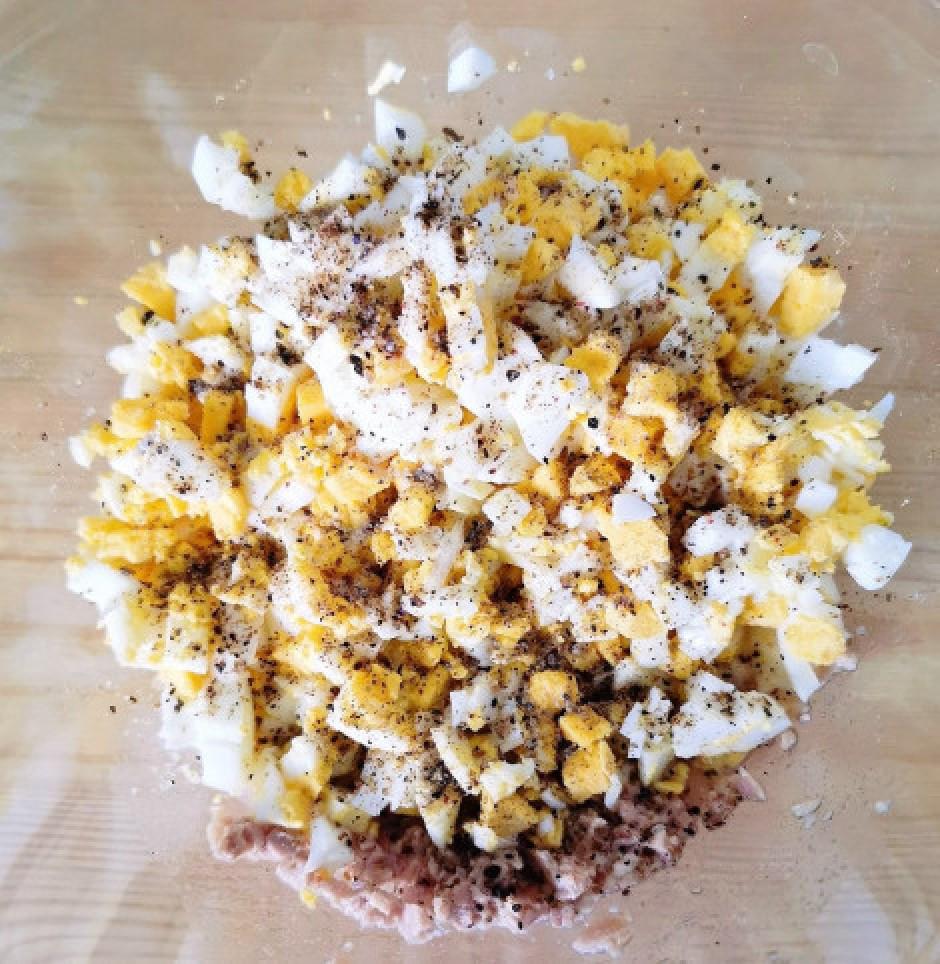 Pievieno sāli pēc garšas un pārkaisa pāri piecu graudu samal...