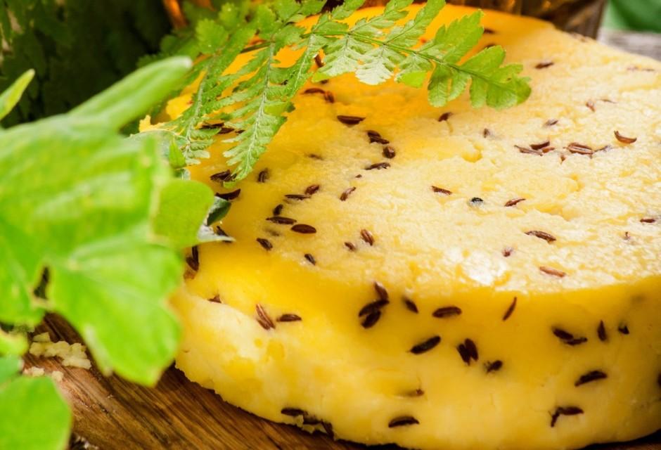 Atdzisušu sieru sagriež šķēlēs, sakārto lēzenā traukā un pas...