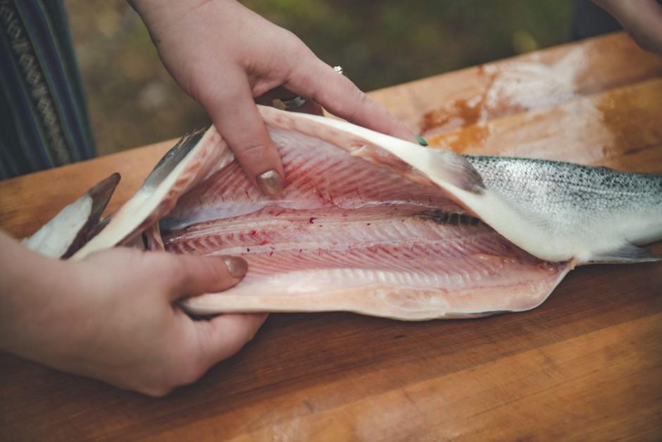 Nomazgā zivi iztīrītu zivi un izgriež tai žaunas, lai nerast...