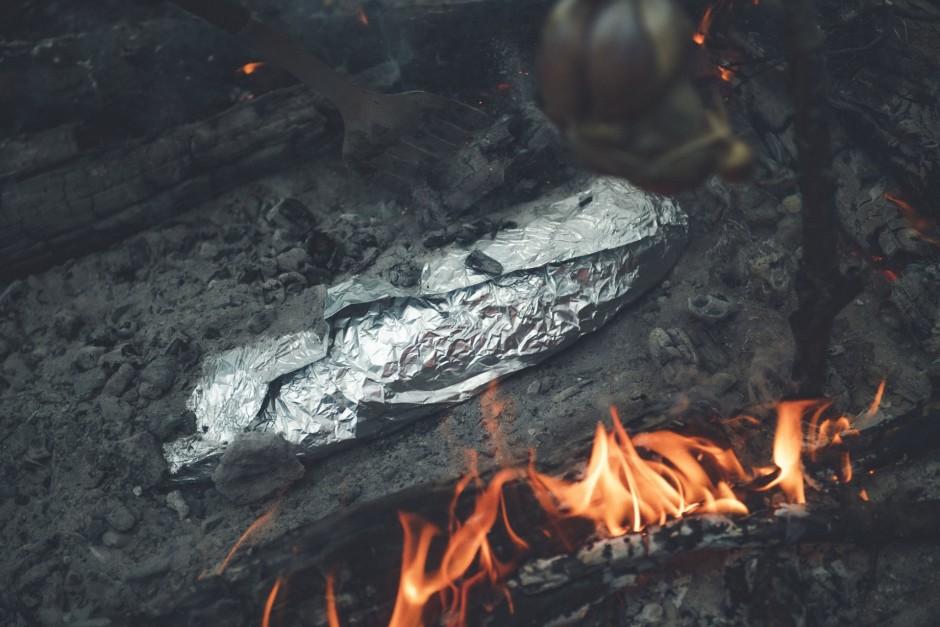 """Veido ugunskurā mazu """"dobīti"""", liek tajā zivi un bagātīgi ap..."""