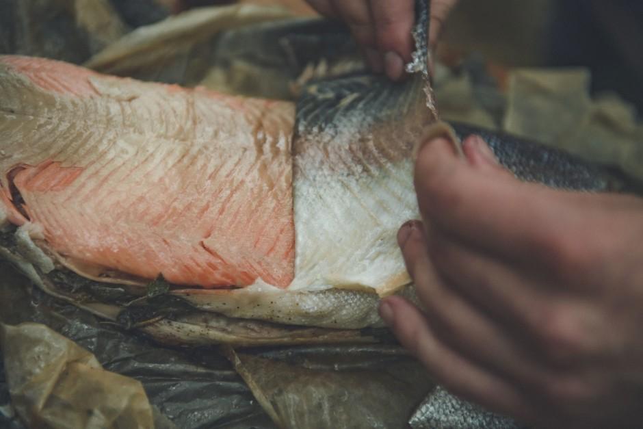Uzmanīgi novelk zivij ādu, nedaudz apsmidzina ar citrona sul...