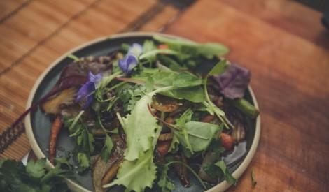 Apcepti dārzeņu salāti ar karsto medus mērci