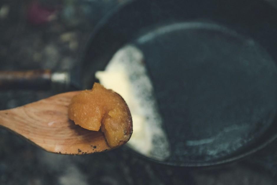 Tad pannā izkausē krietnu sviesta gabalu un pievieno pāris ē...