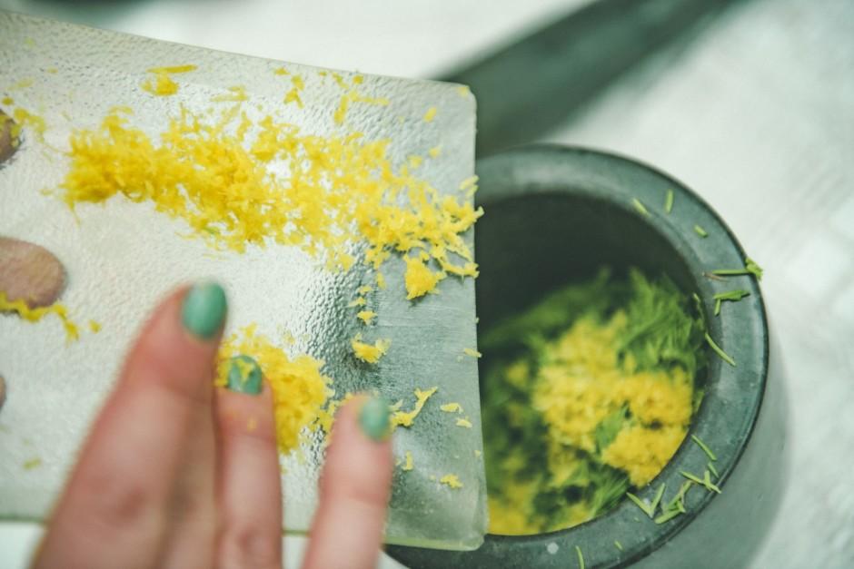Norīvē citroniem miziņu un paņem vairākas daiviņas ķiploku....