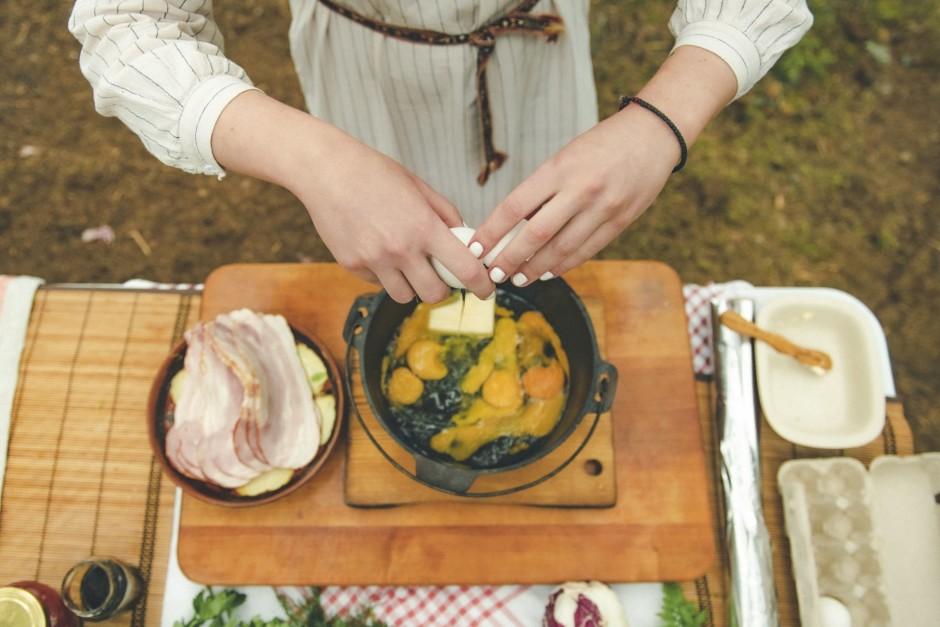 Sākumā aukstā katliņā iesit olas un pievieno sviestu.