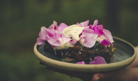 Rabarberu kūka ar rožlapiņām un kvēlojošas ogles putukrējumu