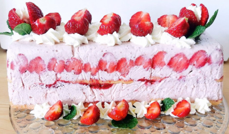 Mājās gatavota zemeņu saldējuma kūka