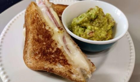 Brokastu sendvičs ar avokado - tomātu piedevu