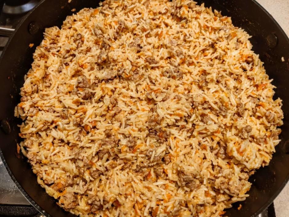 Kad gaļa ar burkāniem sacepusies, pievieno rīsus (ja viss ūd...