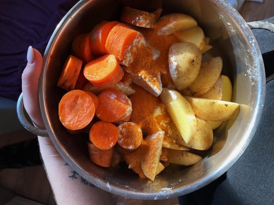 Tad sagriez daiviņās kartupeļus un burkānus, pāri uzber ciet...