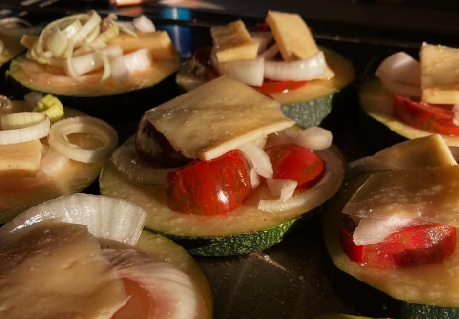 Tad šķēlēs sagrieztiem kabačiem, pa virsu liek sieru, tomātu...