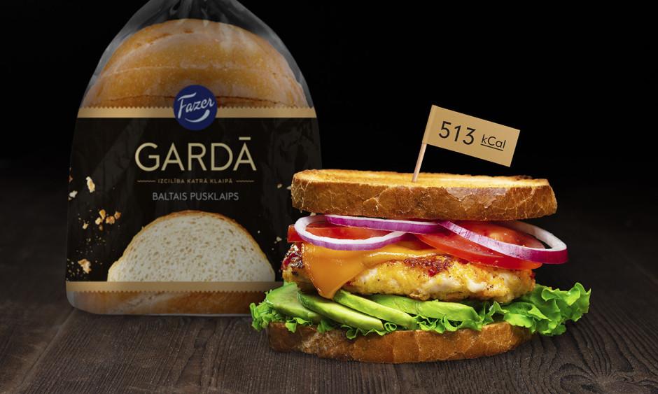 Uzgrauzdē maizes šķēles tosterī, pa virsu liek salātlapas, a...