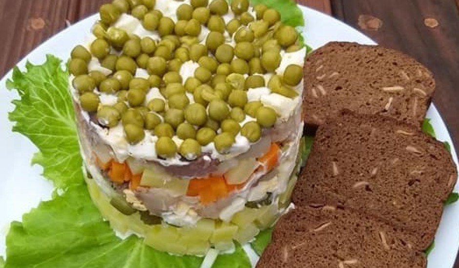 Salāti ar auksti kūpinātu skumbriju