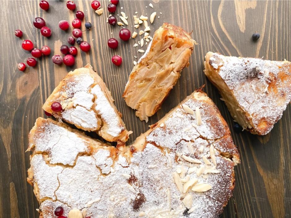 Atdzisušu pīrāgu ņem āra no formas, pārkaisa ar pūder...
